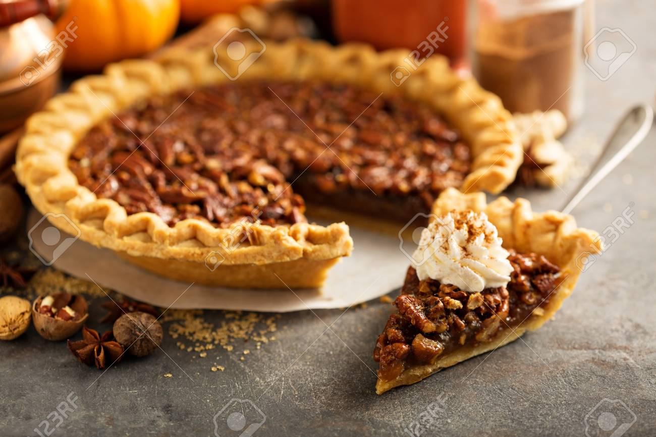 Traditional pecan pie - 88196293