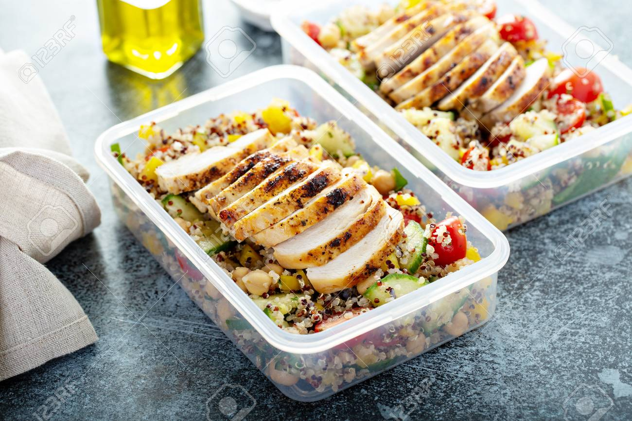 Fresh quinoa tabbouleh salad with grilled chicken - 120497294