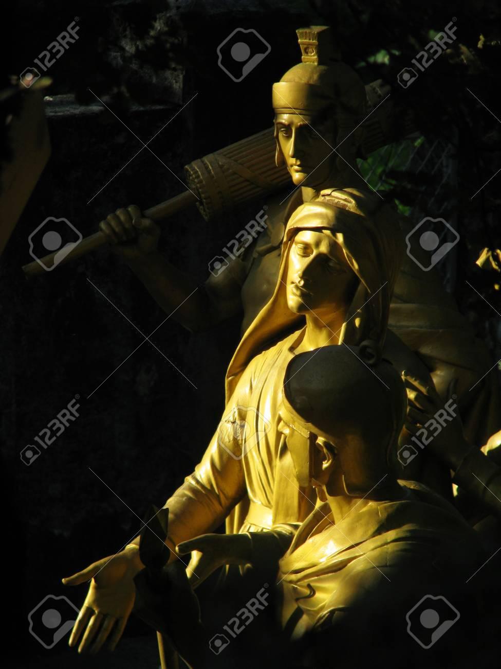 Un Grupo De Estatuas Que Representan La Cuarta Estación Del Vía ...