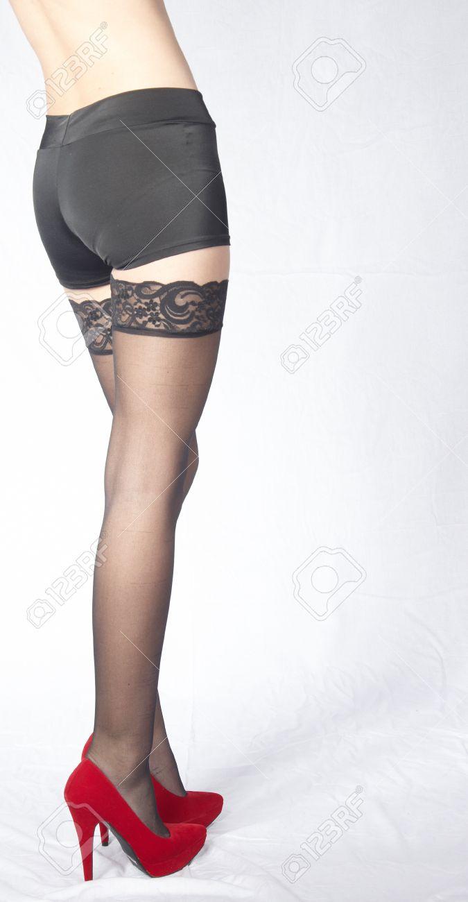 2407f14ca Mujer s Piernas Usar medias negras de encaje y zapatos de tacón rojo