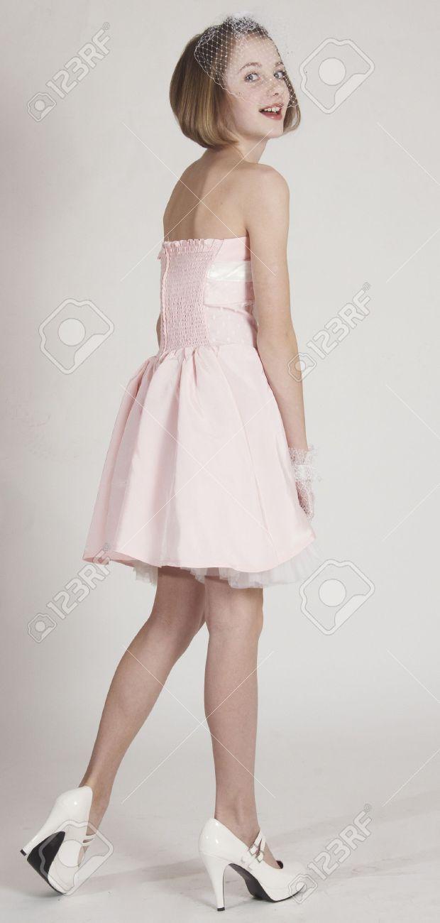 Schöne Teen Girl Posiert In Einem Rosa Kleid Und High Heels ...