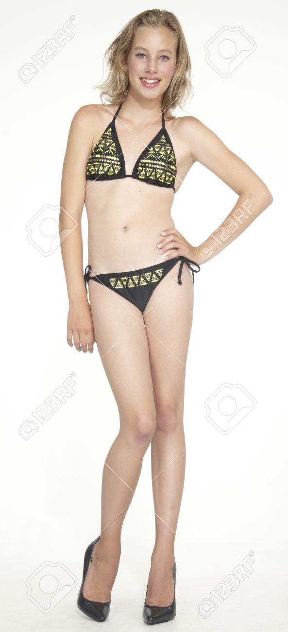 Загорелые девушки в бикини на высоких каблуках