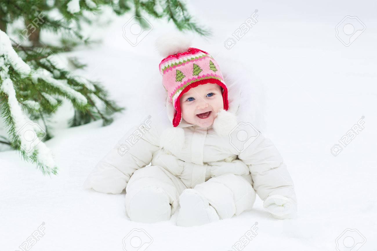 Risa Hermosa Niña Sentada Debajo De Un árbol De Navidad Con Una ...