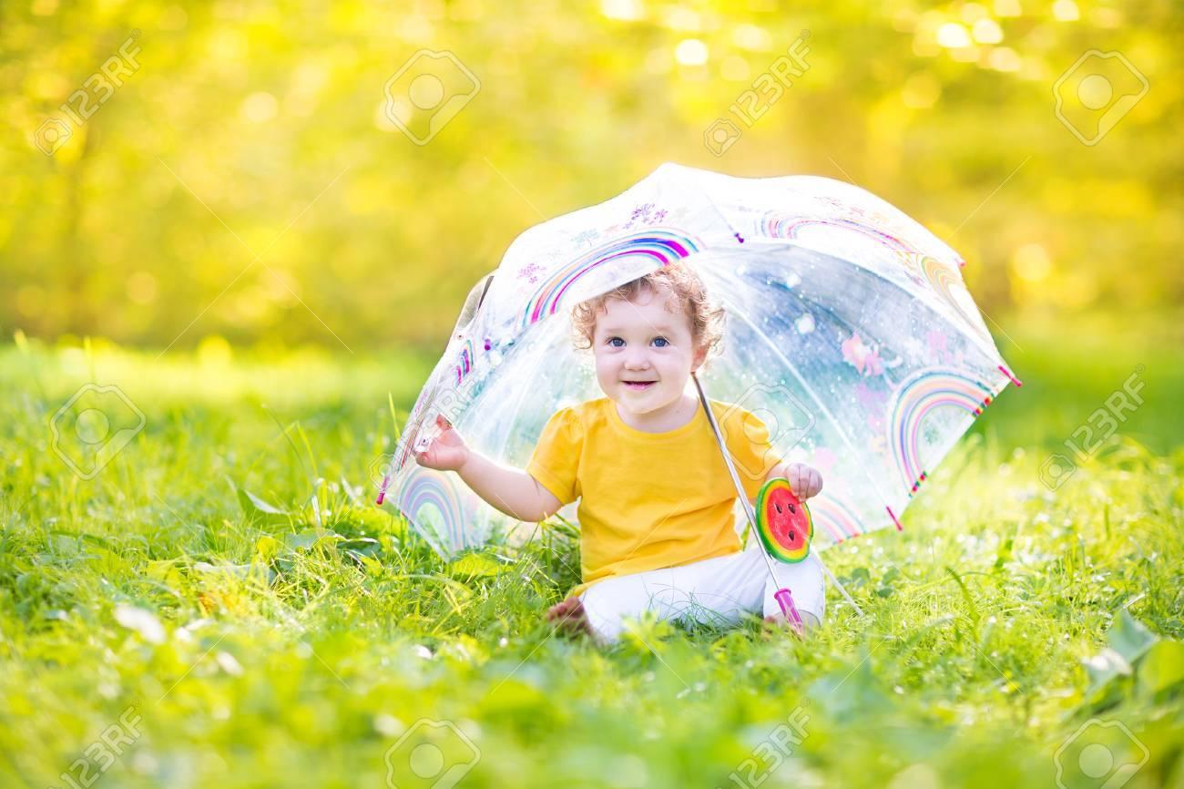 banque dimages drle mignonne petite fille jouant sous la pluie sous un parapluie color - Parapluie Color
