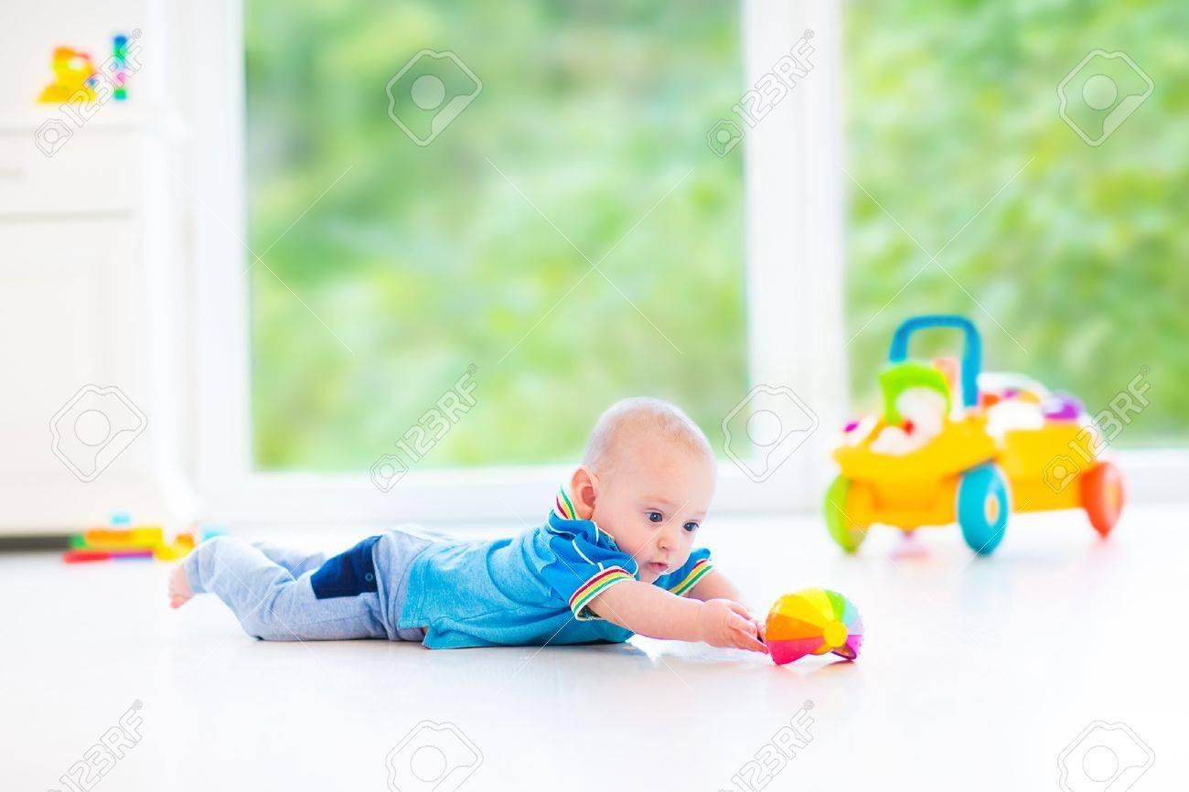 Bebé Adorable Que Juega Con Una Bola Y El Coche De Juguete De ...