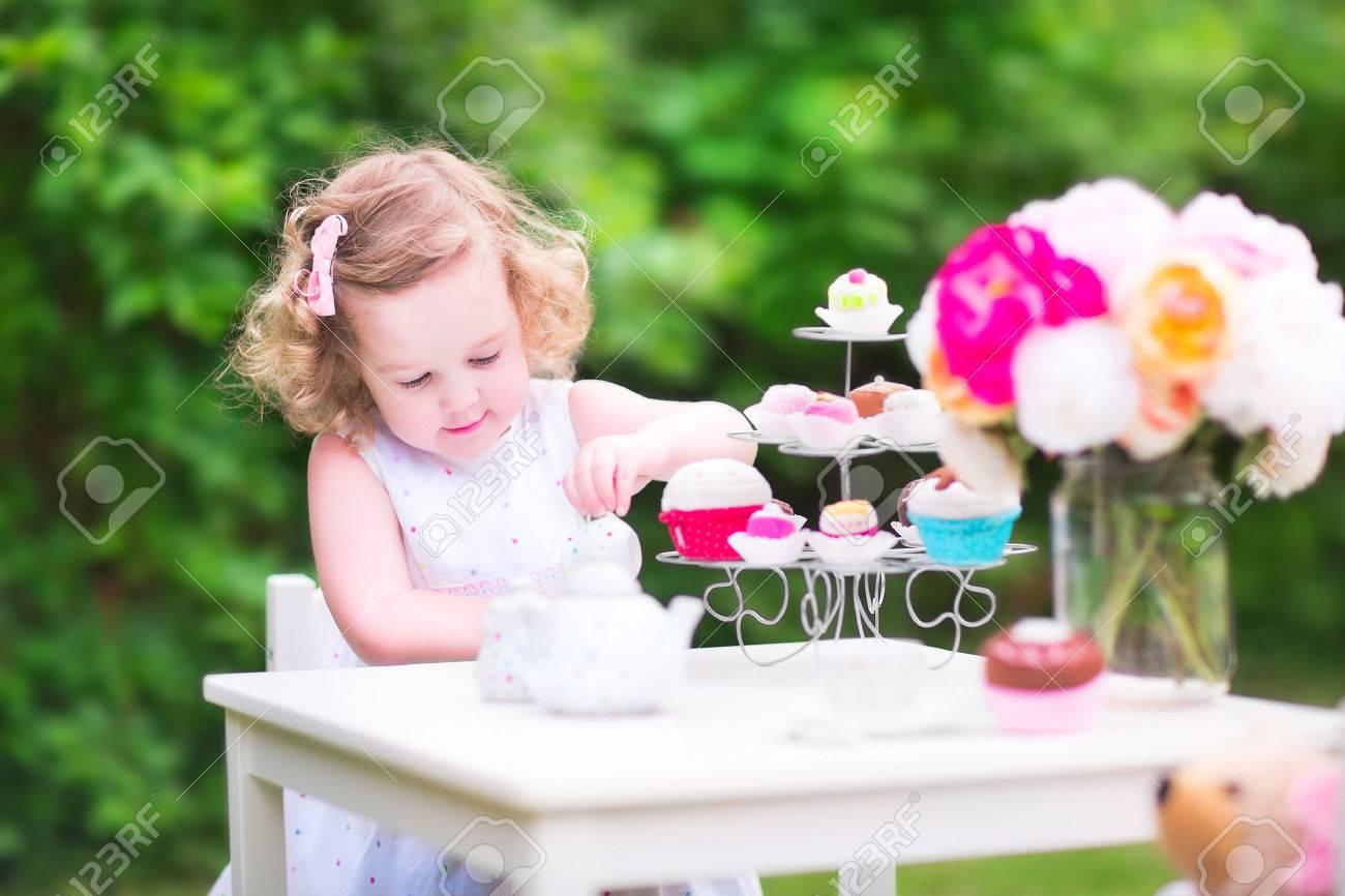 Adorable Kleinkind Mädchen Mit Lockigen Haaren Tragen Ein Buntes ...
