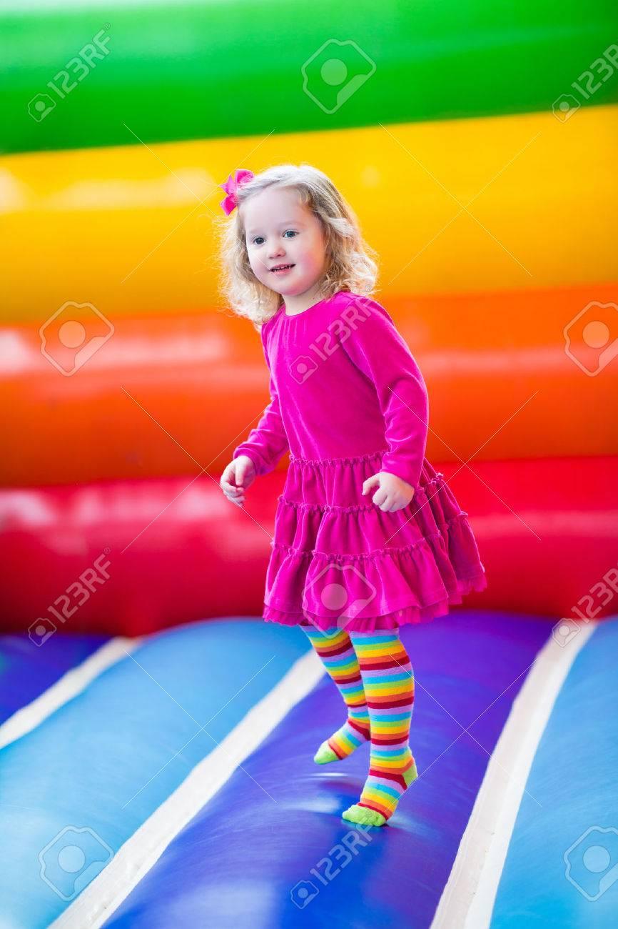 Niña Preescolar Divertido Lindo En Un Vestido De Colores De Juego ...
