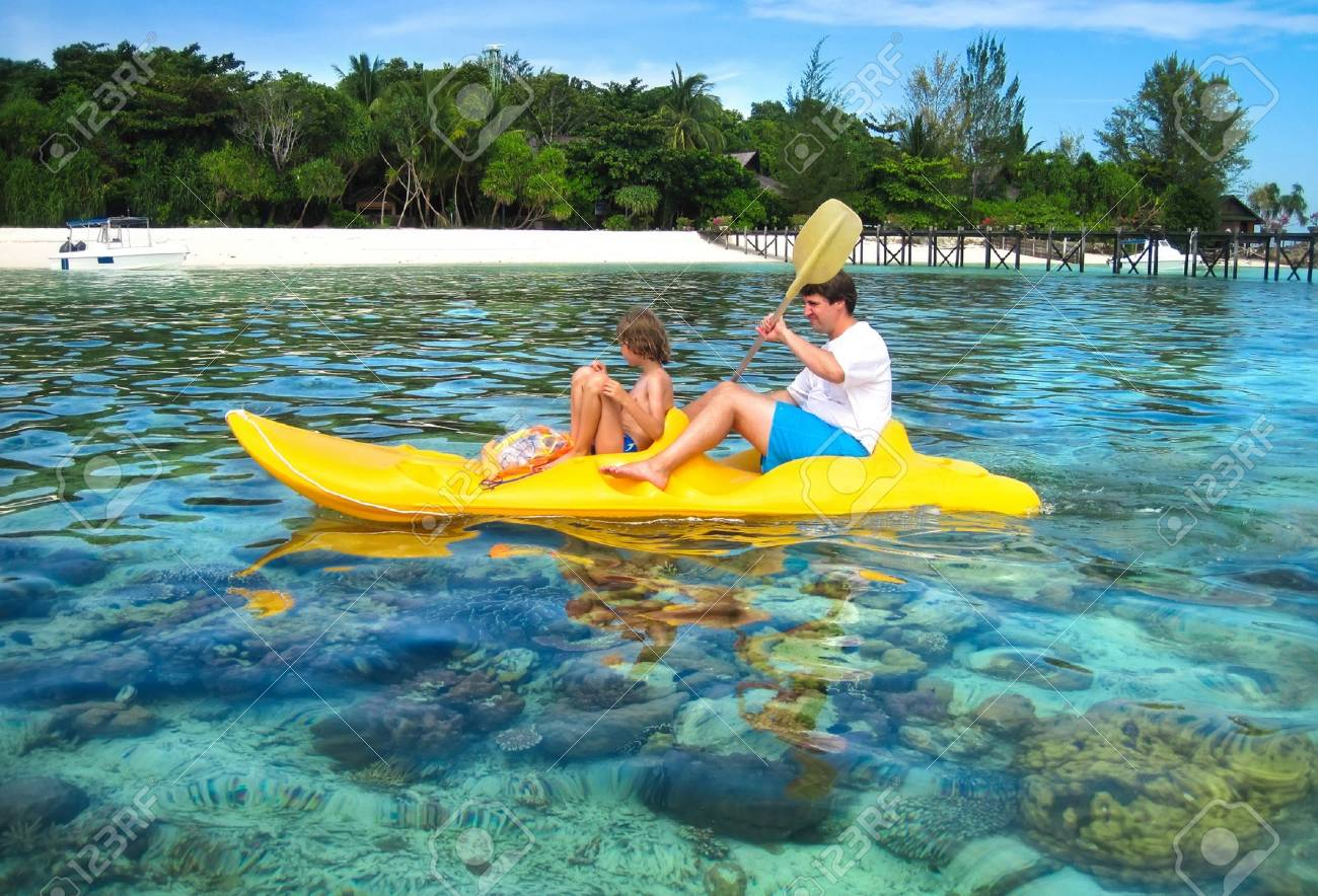 父と息子の熱帯珊瑚島の横にある...