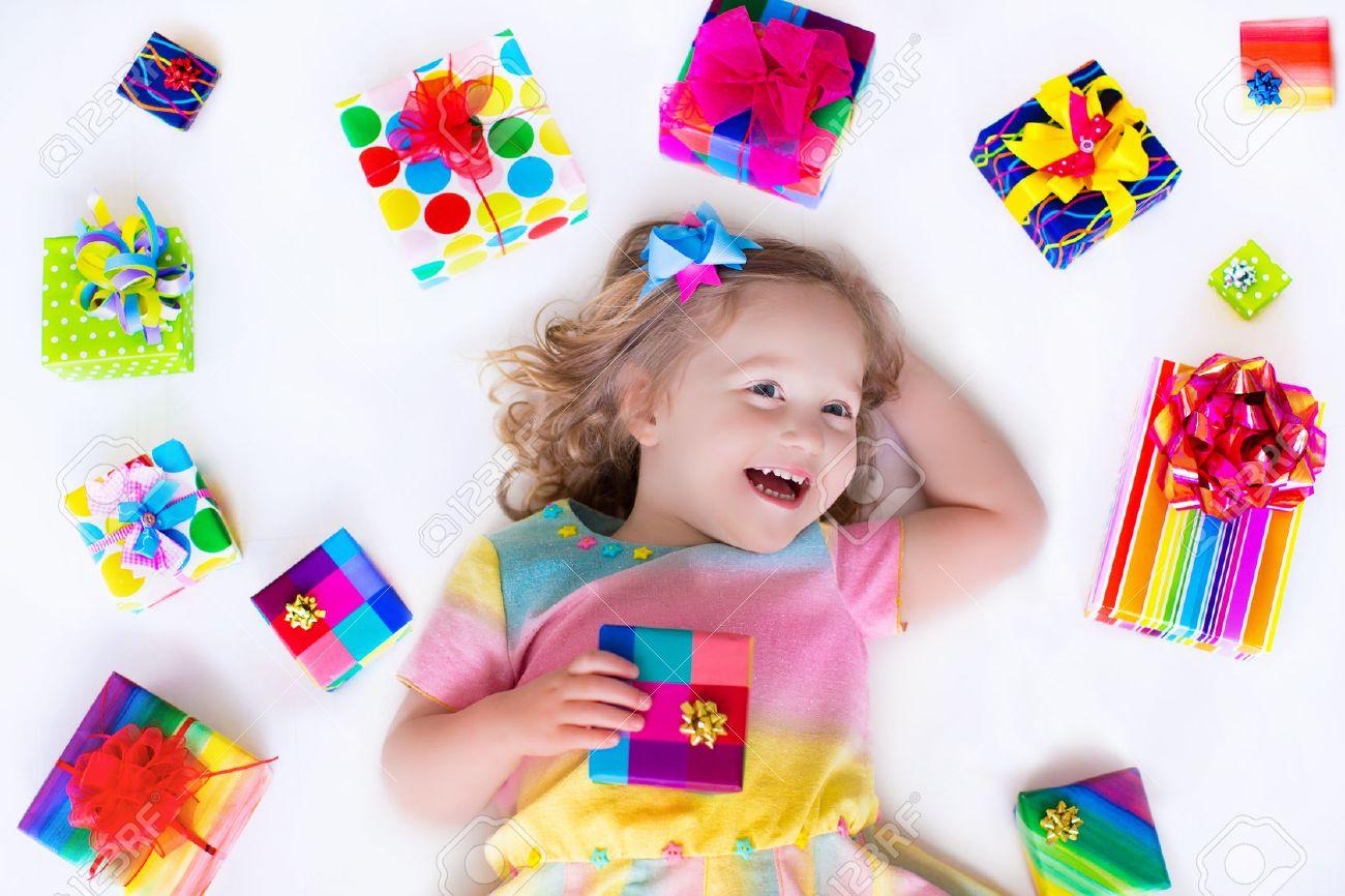 Feliz Niña Riendo, Niño Adorable En Un Vestido De Fiesta De Colores ...