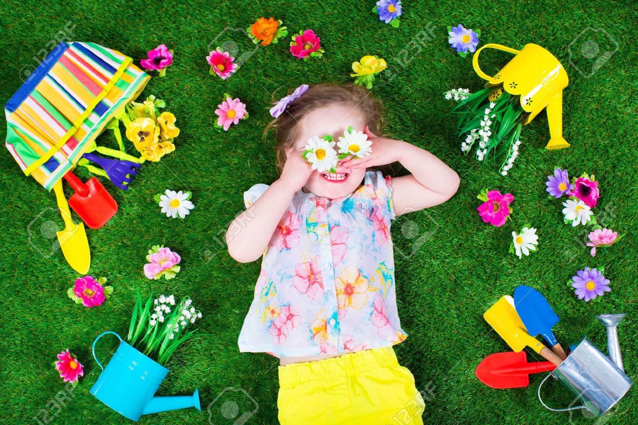 kindergartenarbeit. kinder mit gartengeräte. kind mit gießkanne und