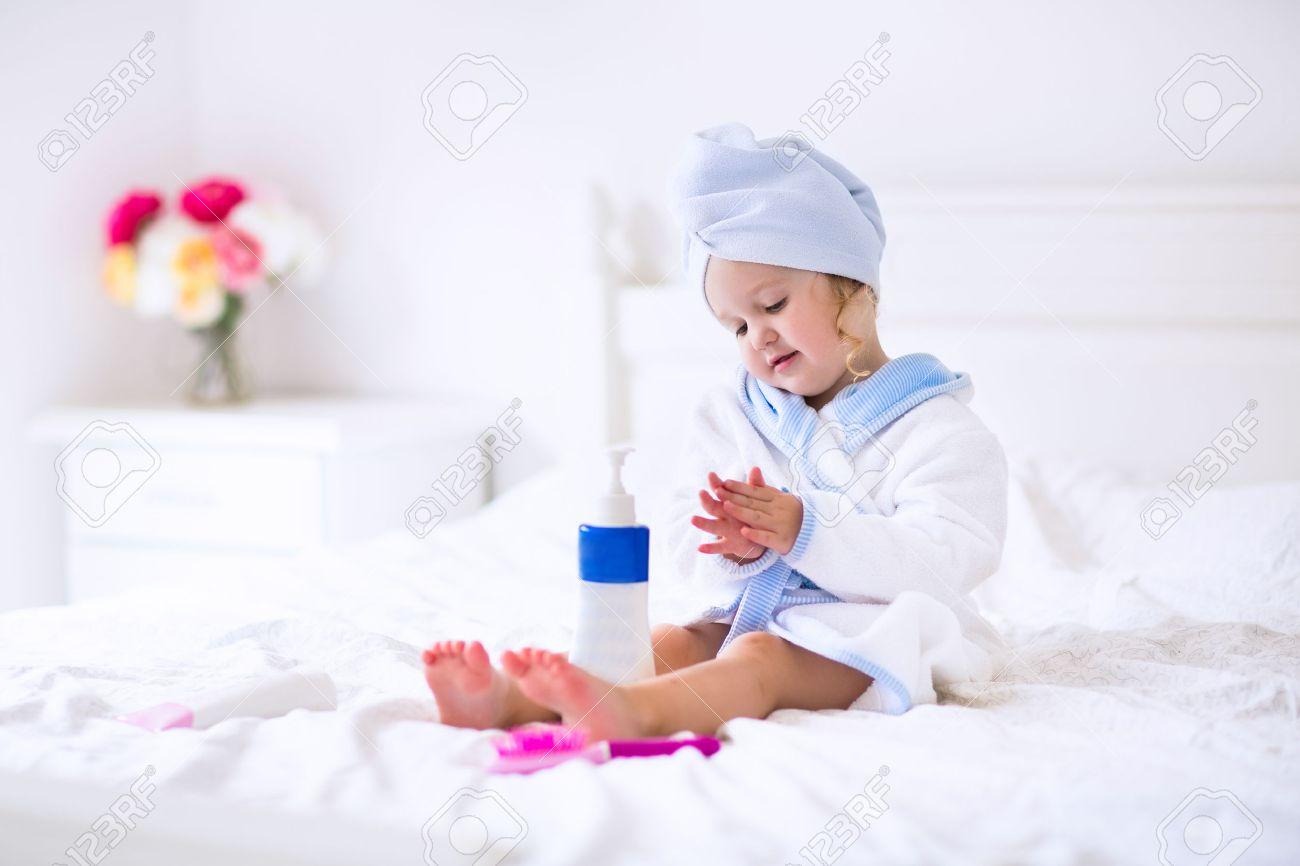 Enfant Après Le Bain. Cute Petite Fille Aux Cheveux Bouclés Humide ...