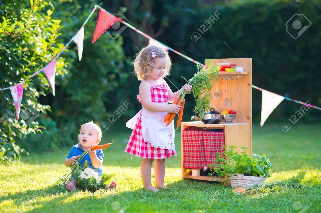 Kinder Spielen Mit Einem Spielzeug Küche. Kinder Spielen In Einem ...