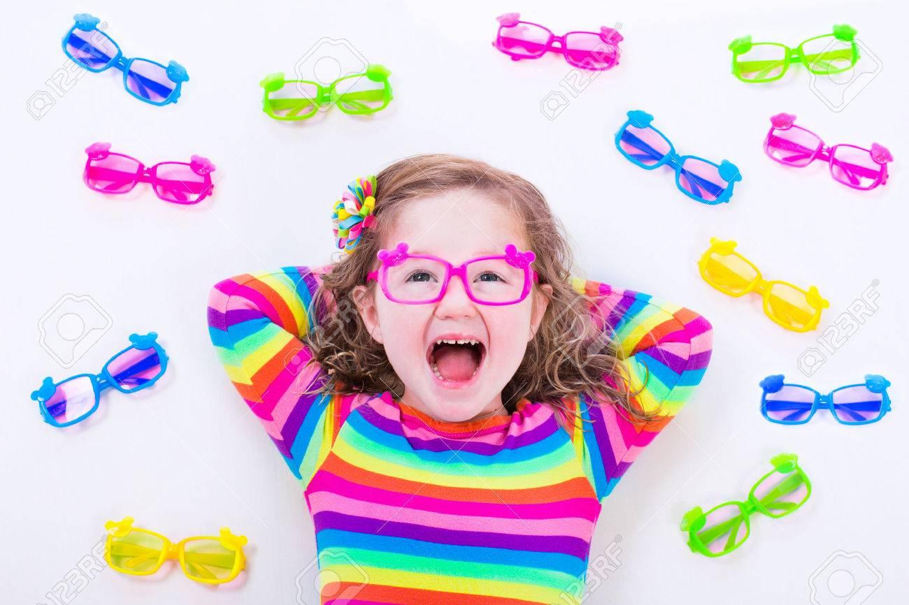 127be5561f0a1b Kind Draagt   een Bril. Bril Voor Kinderen. Meisje Kiezen Bril. Lens ...