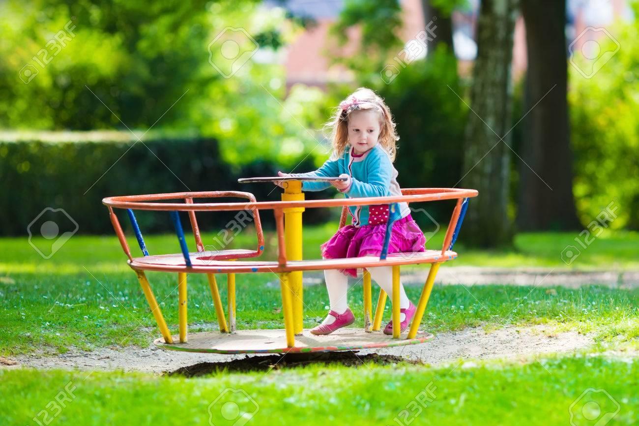 子供の遊び場の女の子。夏に野外で遊ぶ子供。子供たちは、学校の校庭で