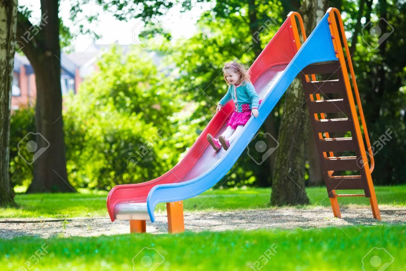 Molto Bambina In Un Parco Giochi. Bambino Che Gioca All'aperto In Estate  RD19