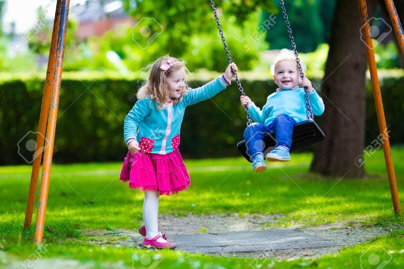 男の子と女の子の遊び場に。夏に野外で遊ぶ子供。子供たちは、学校の校庭