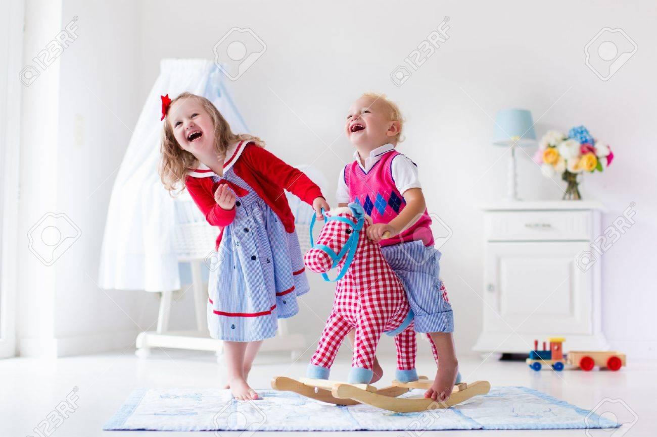 La InteriorMontar Dos O Niños Niña Jardín InfanciaHermosa El Y De Guardería MaderaNiño En Caballito Jugando Juegan Juguete nwm8vN0