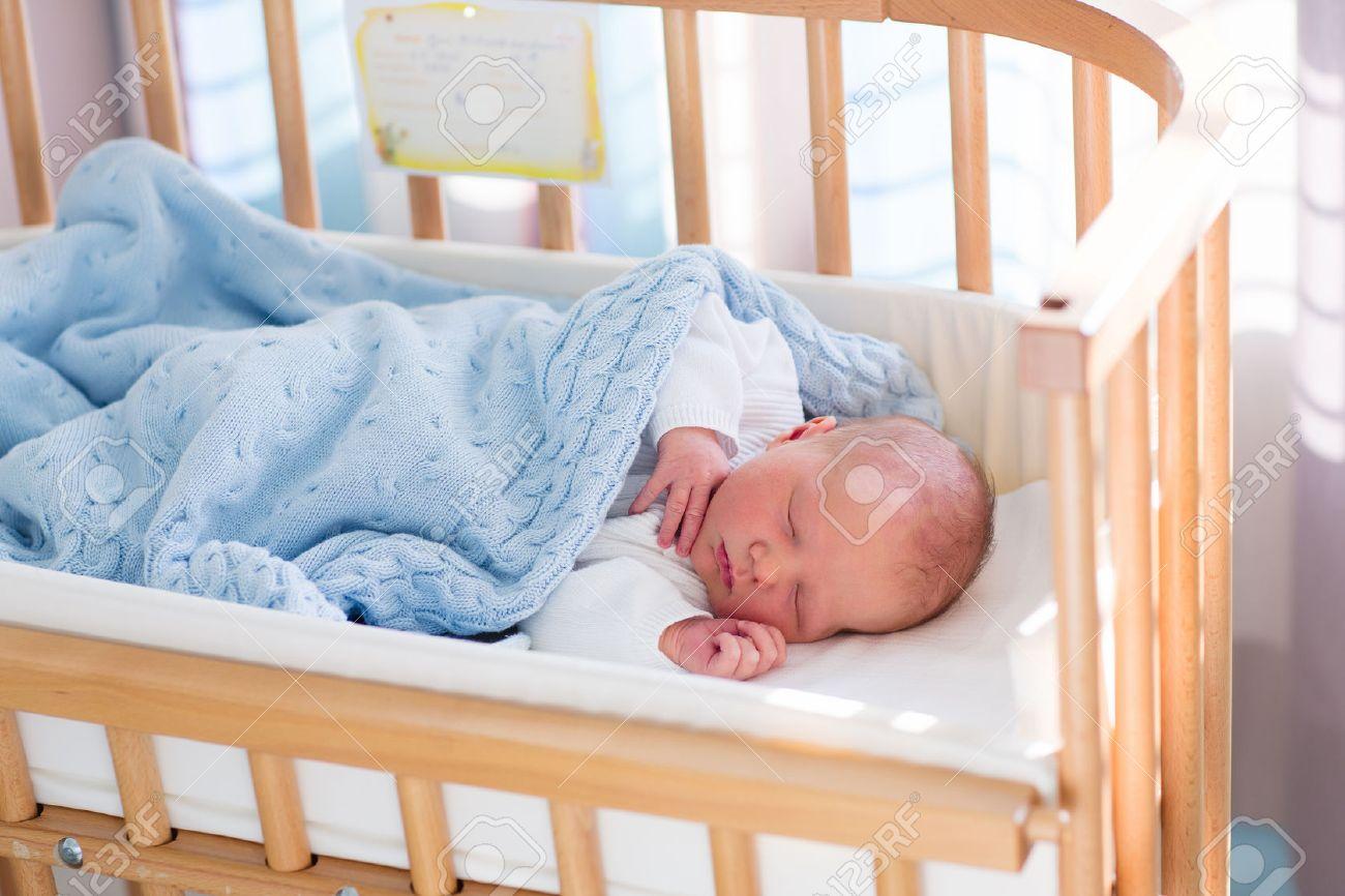 Baby Im Stubenwagen Mit Decke : Neugeborenes schätzchen im krankenzimmer. neugeborenes kind im holz