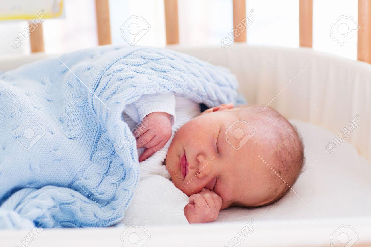 Nouveau né dans la chambre d'hôpital. new enfant né en bois co ...