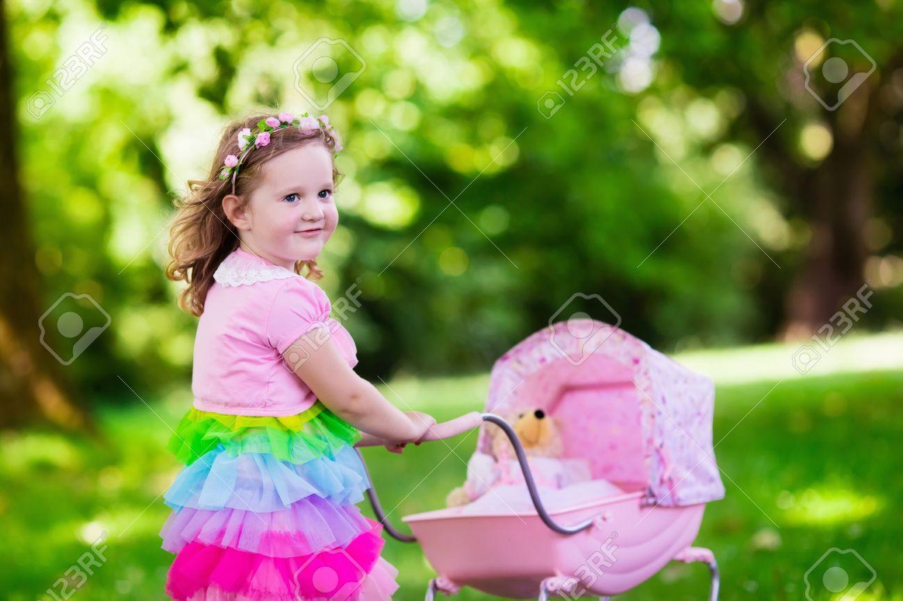 Kleines Mädchen Drängen Spielzeug Kinderwagen Mit Bären. Kleinkind ...