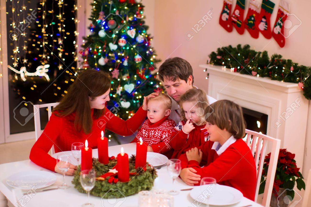 Gran Familia Con Tres Niños Celebrando La Navidad En Casa. Cena ...