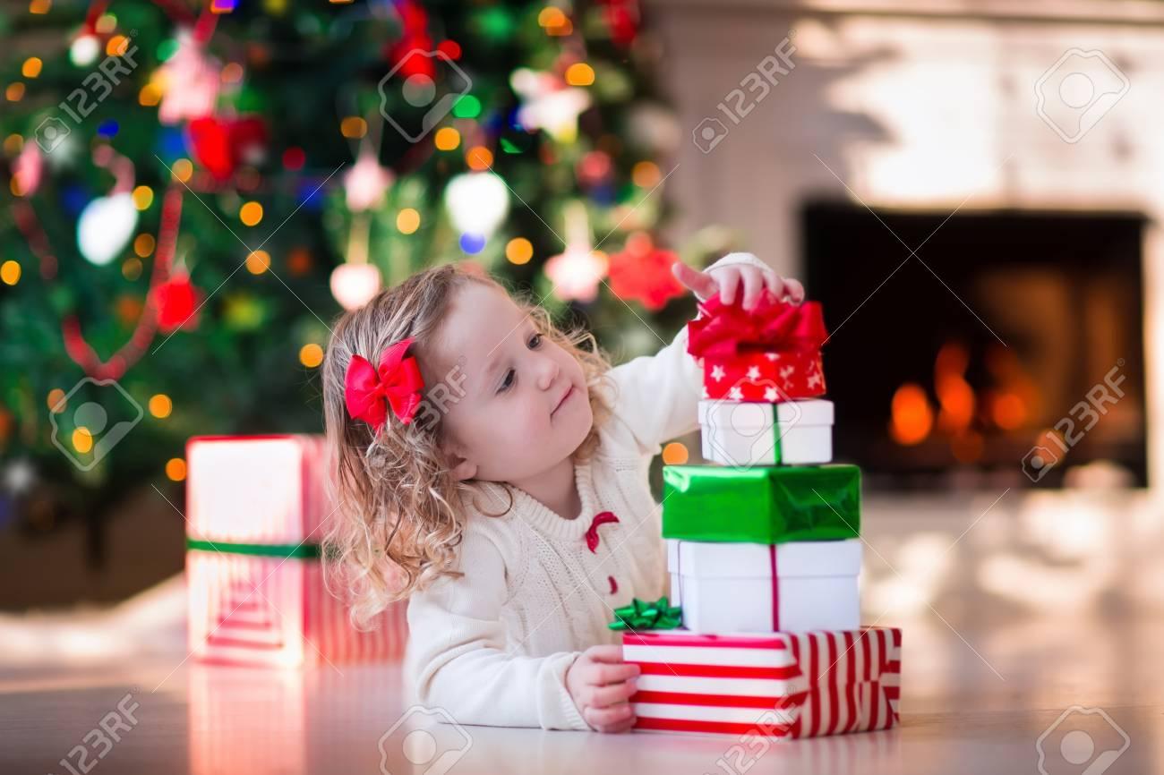 Familie Auf Weihnachtsmorgen Am Kamin. Kids Eröffnung ...
