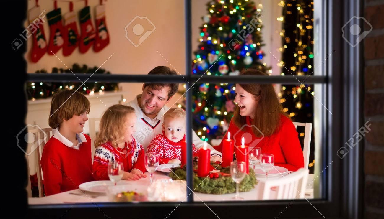 Grande famille avec trois enfants célébrant noël à la maison ...