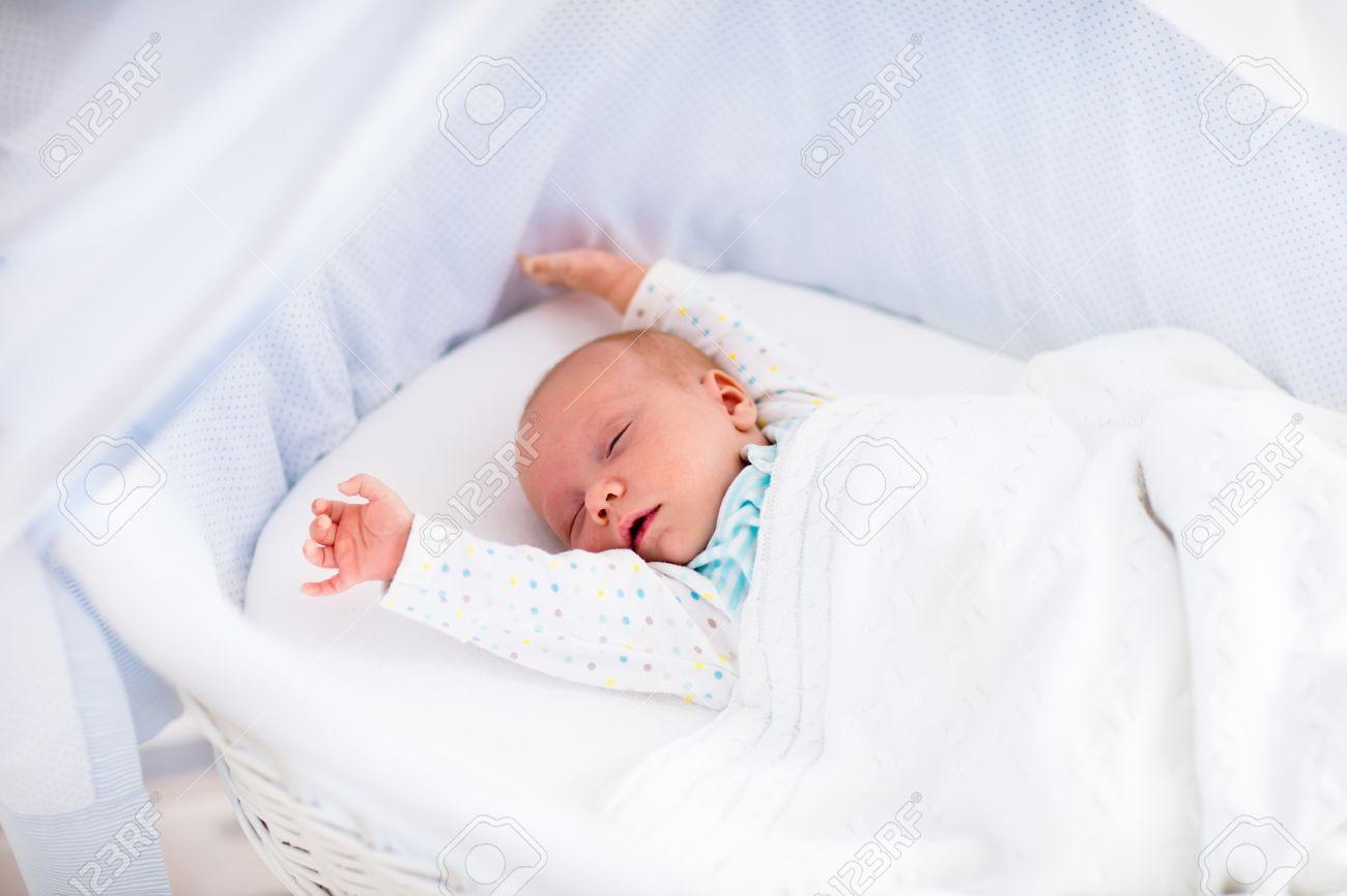 Bebé Recién Nacido Despertar En Una Mañana Soleada En La Cama Blanca ...