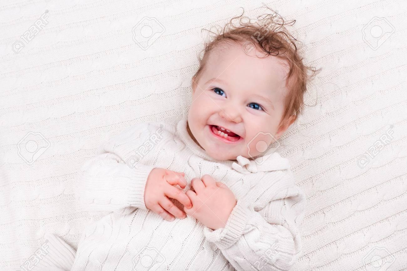 Neugeborenes baby im bett. neugeborenes kind unter einem warmen