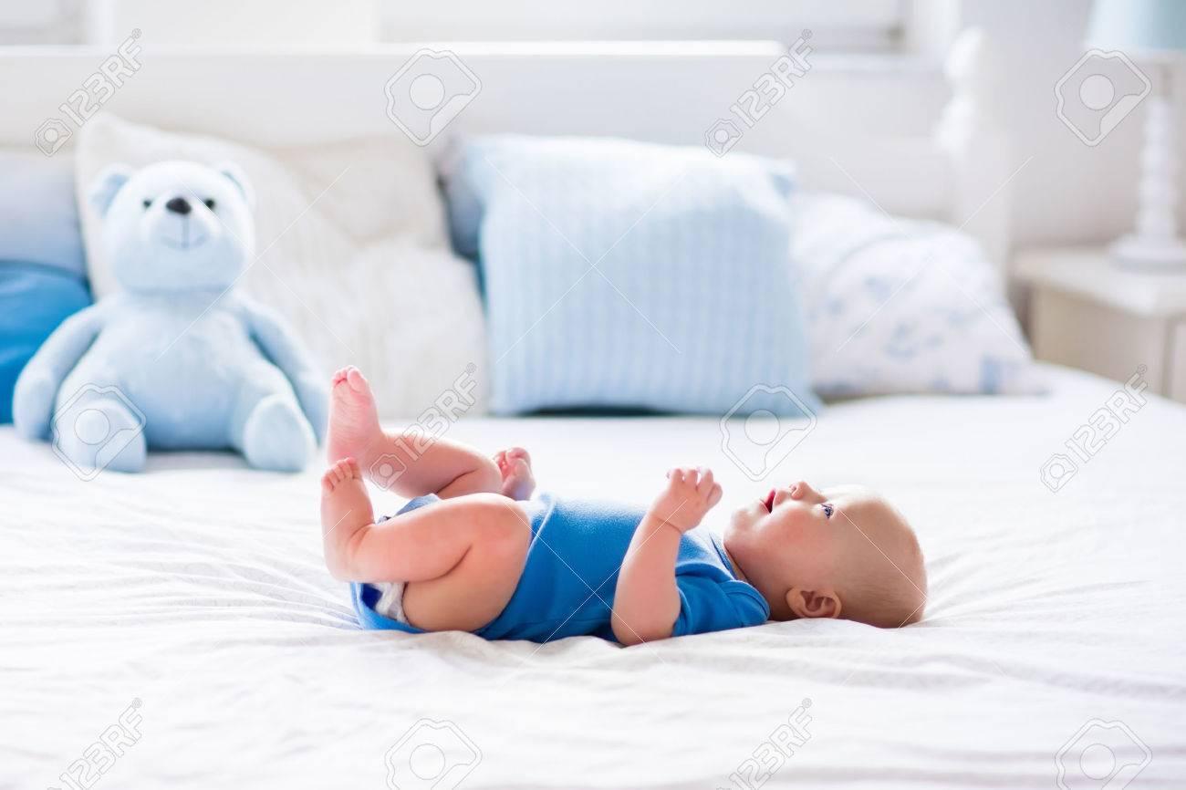 Bebe Adorable En Blanco Dormitorio Soleado Nino Recien Nacido Se - Cama-para-nios-pequeos