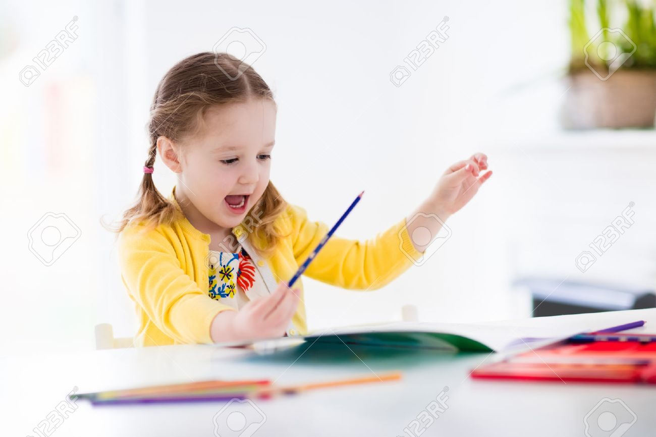 Niña Linda Que Hace La Preparación, La Lectura De Un Libro, Páginas ...
