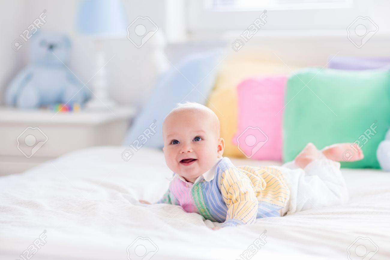 baby jongen in het wit slaapkamer pasgeboren kind in bed met pastel kleuren kussens crche voor kinderen textiel kussens en beddengoed voor kinderen