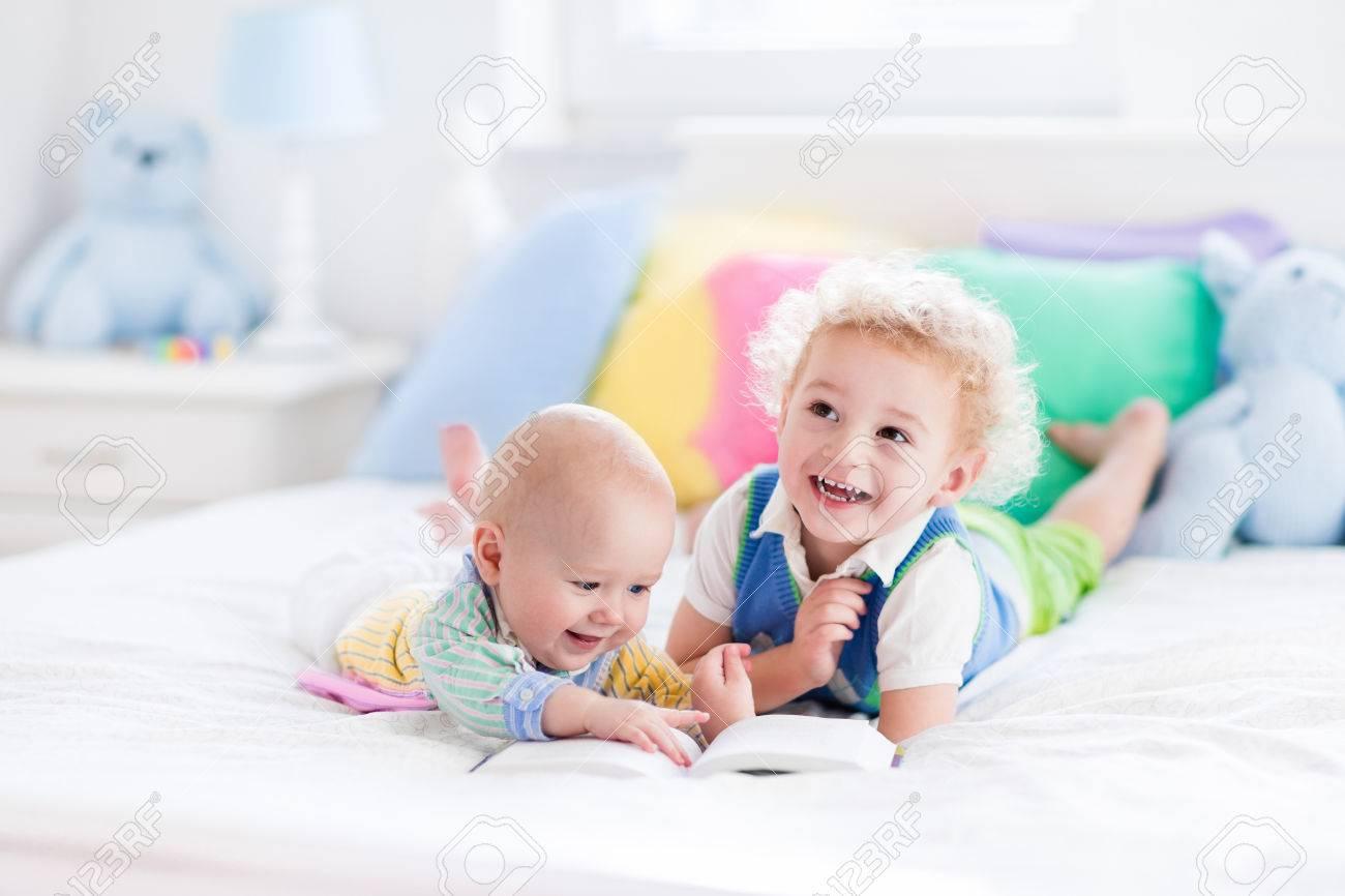 Bett Kleinkind Junge ~ Kleinkind jungen und baby ein buch im bett der eltern zu lesen
