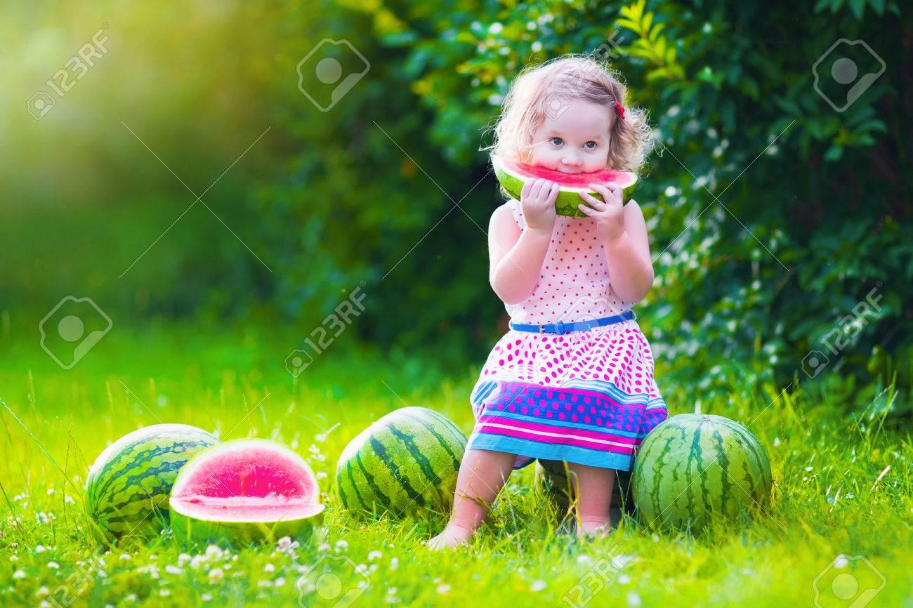 Kind Essen Wassermelone Im Garten Kids Obst Essen Im Freien