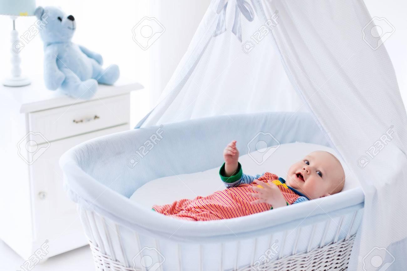 Lustige Baby In Weissen Krippe Mit Baldachin Kinder Interieur Und