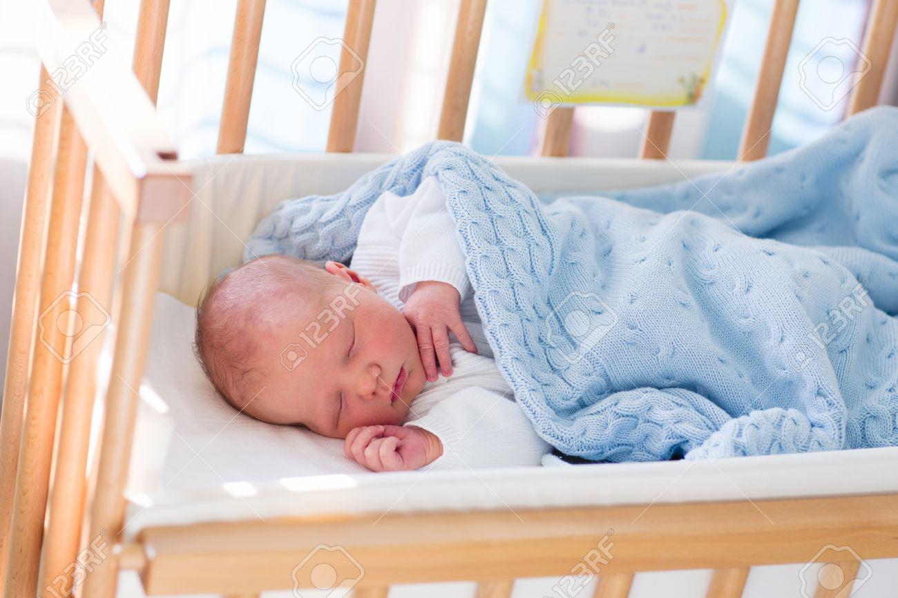 Neugeborenes schätzchen im krankenzimmer. neugeborenes kind im holz