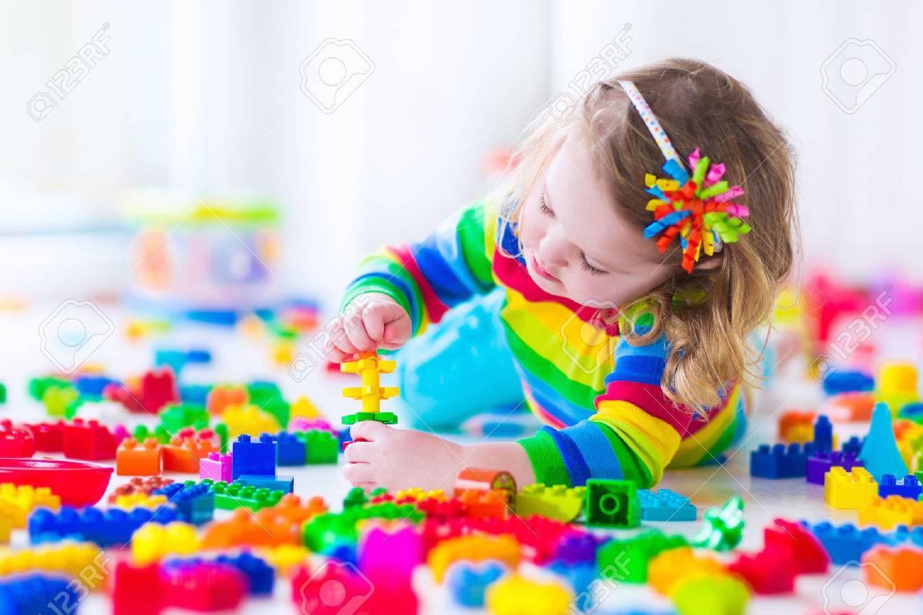 ColoresLos Jugando O Bloques Con Niño Niños Juegan Juguetes Educativos En Juguete Jardín Preescolar Infantes El Guardería De tsQrhd