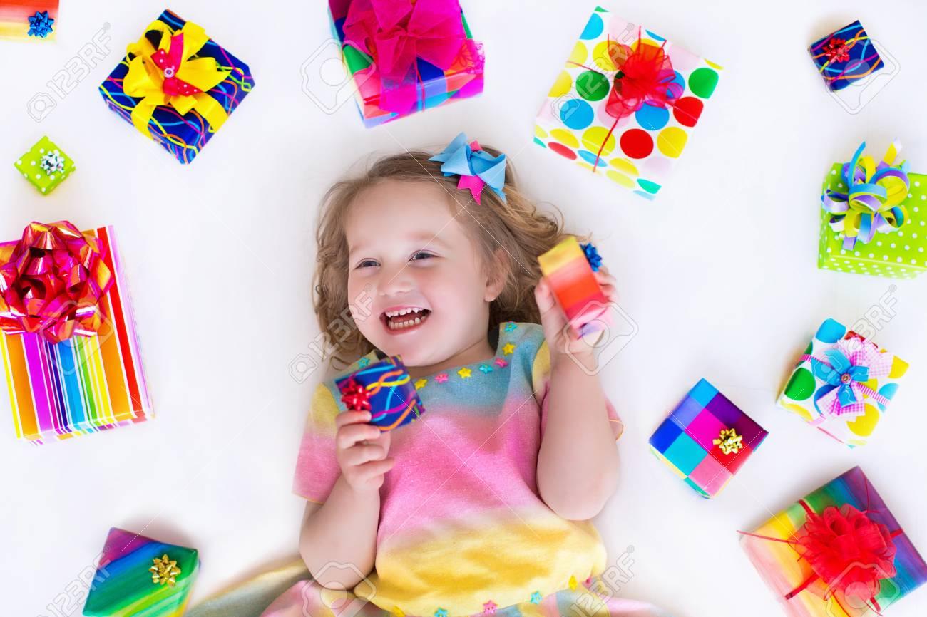 Glückliches Lachendes Kleines Mädchen, Entzückendes Kleinkind In ...