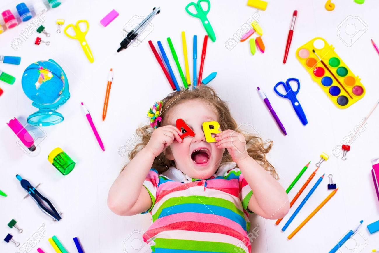 Niño Con Dibujar Y Pintar Suministros. Niños Felices De Volver A La ...