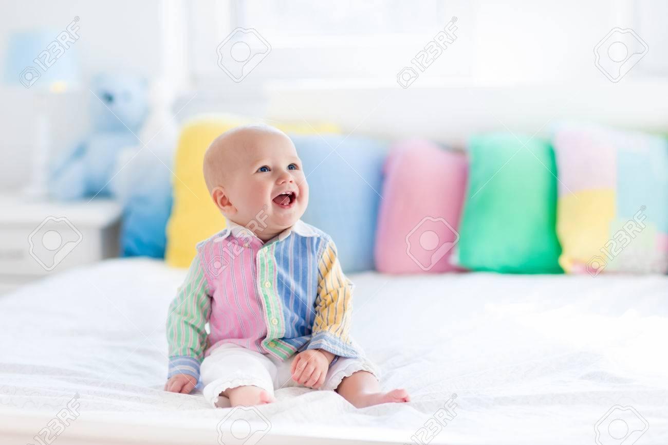 Baby jongen in het wit slaapkamer pasgeboren kind in bed met