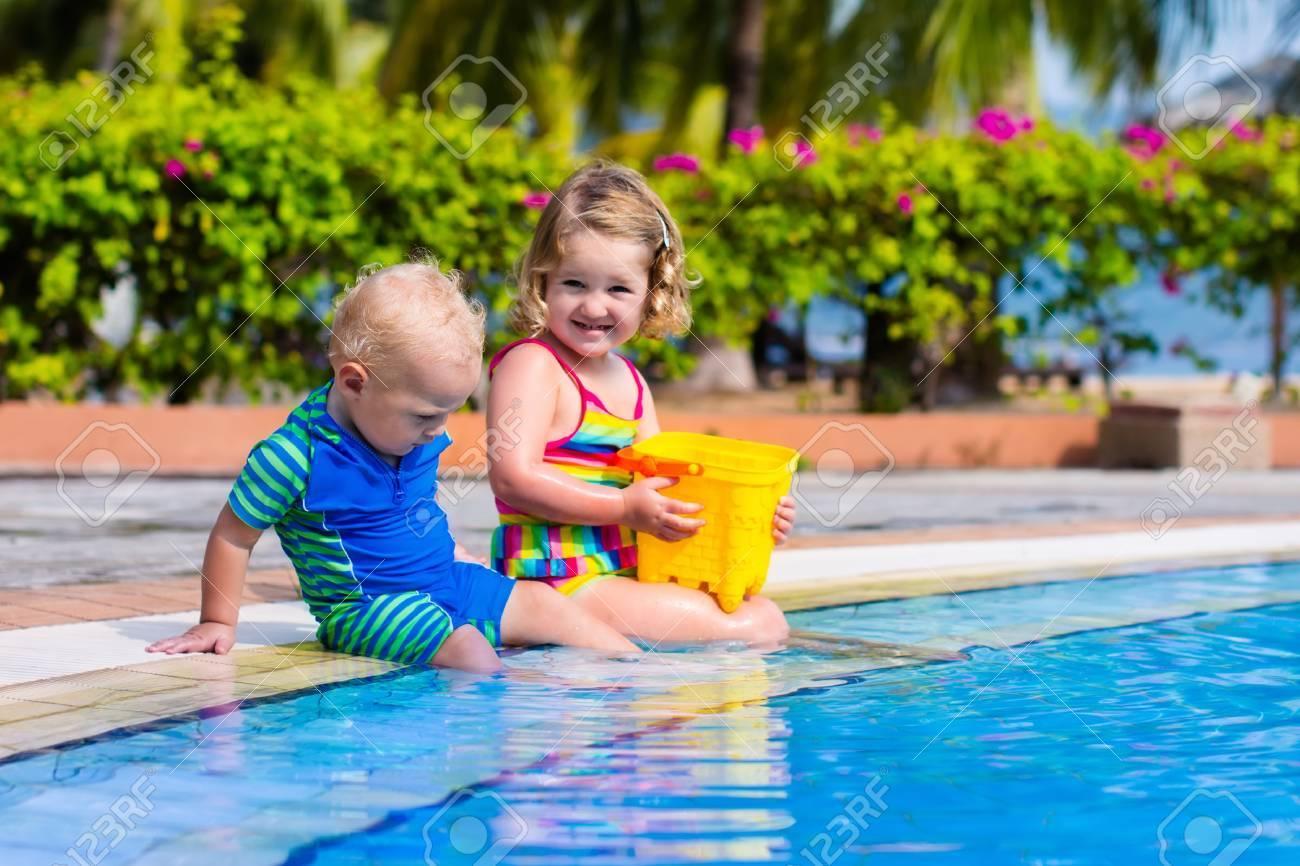 Mädchen Und Jungen Im Schwimmbad In Tropischen Resort Zu Spielen. Kind, Das  Erlernt Zu