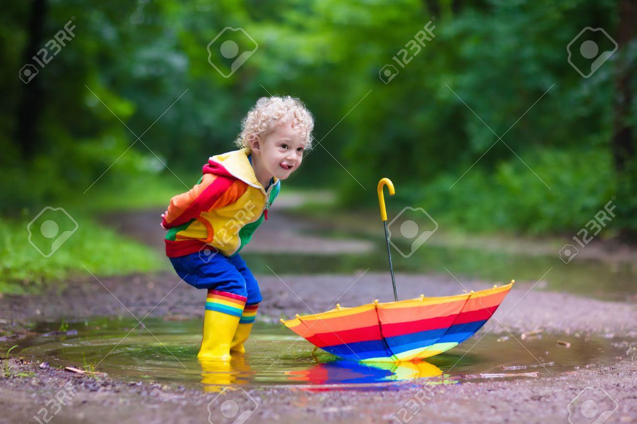 Фото детей прыгают по лужам