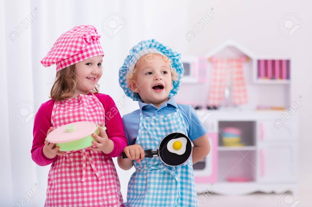 Delantales Para Niños Cocina | Nina Y Nino En Sombrero Del Cocinero Y Un Delantal Para Cocinar