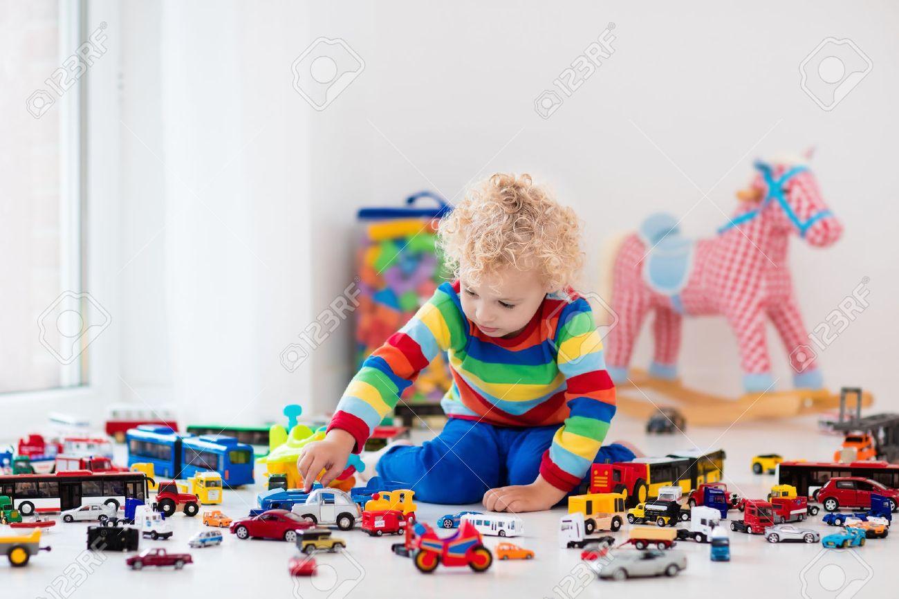 Garçon Drôle Des Bouclés Le Pour SolTransport Et Les Voitures Sauvetage Jouets Enfant Jouant Avec Modèle Enfants De Sur Sa Collection c54jLSAqR3