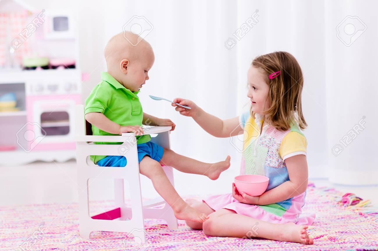 Con Alimentación Jugando Juegos Bebé Una Chica BlancoNiños En Pequeño Platos De Y Hermano Juguete CocinaNiño Linda Sala Oy8wNnPvm0