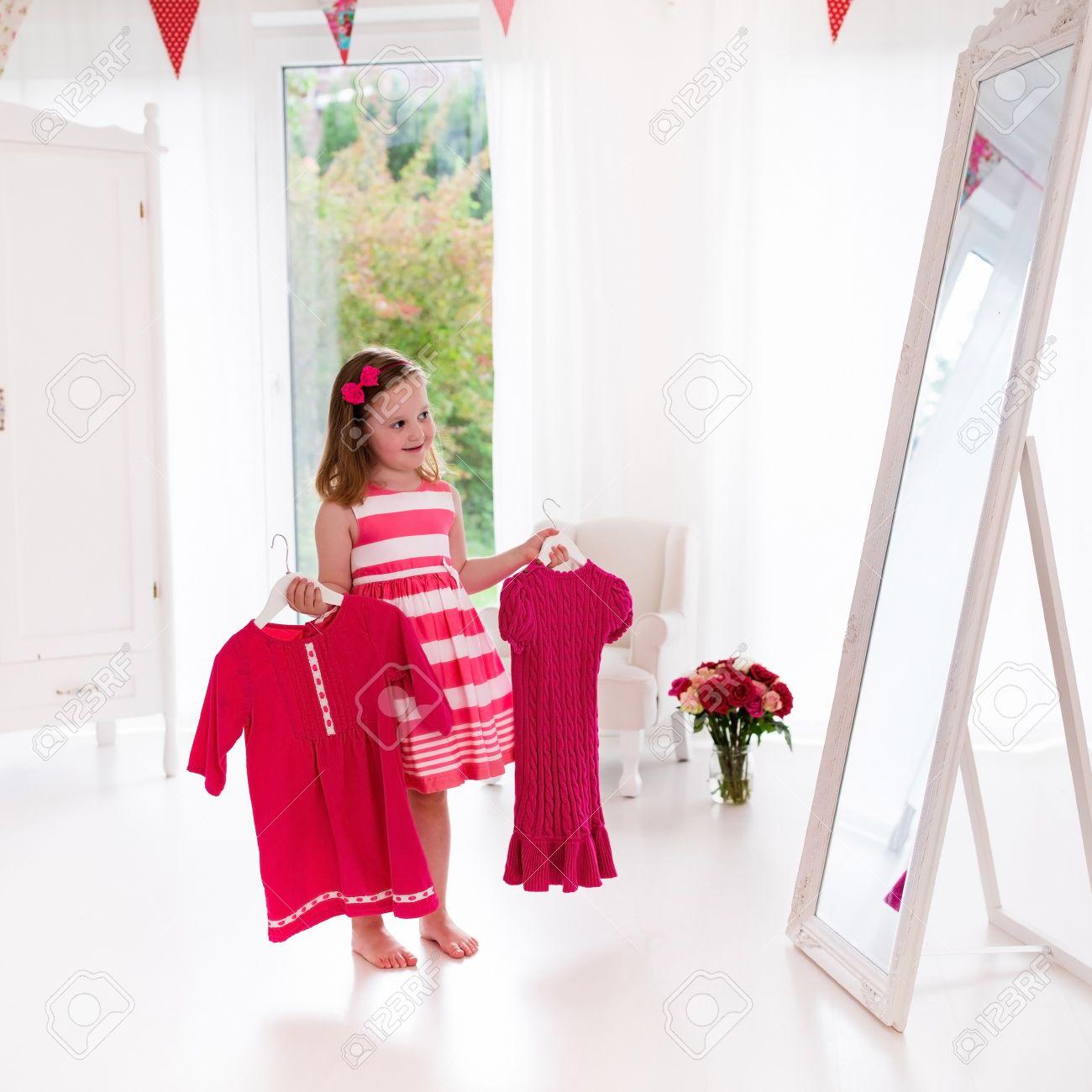 Zwei Mädchen Ankleidezimmer
