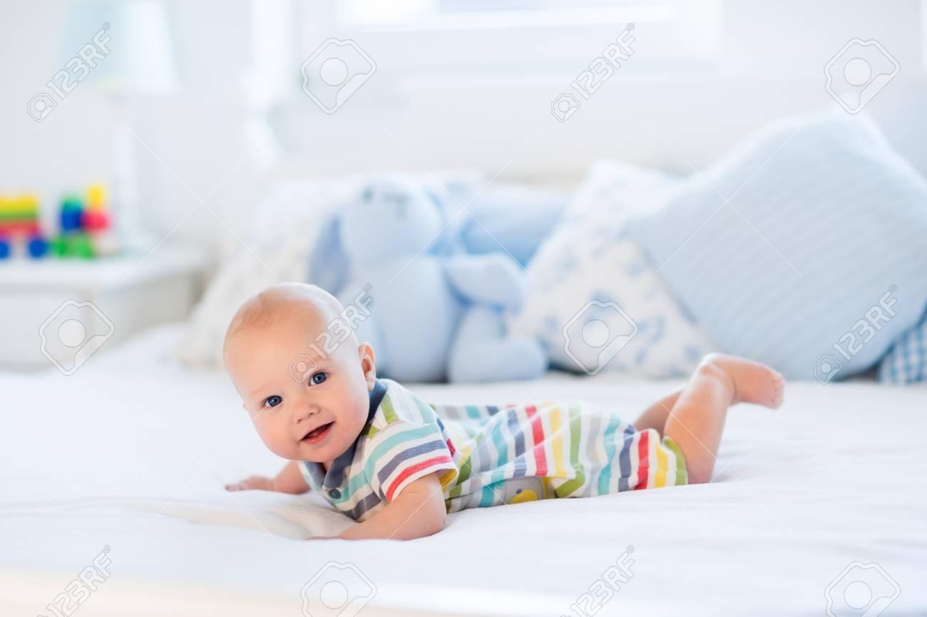 schattige baby jongen in het wit zonnige slaapkamer pasgeboren kind ontspannen in bed crche voor jonge kinderen textiel en beddengoed voor kinderen