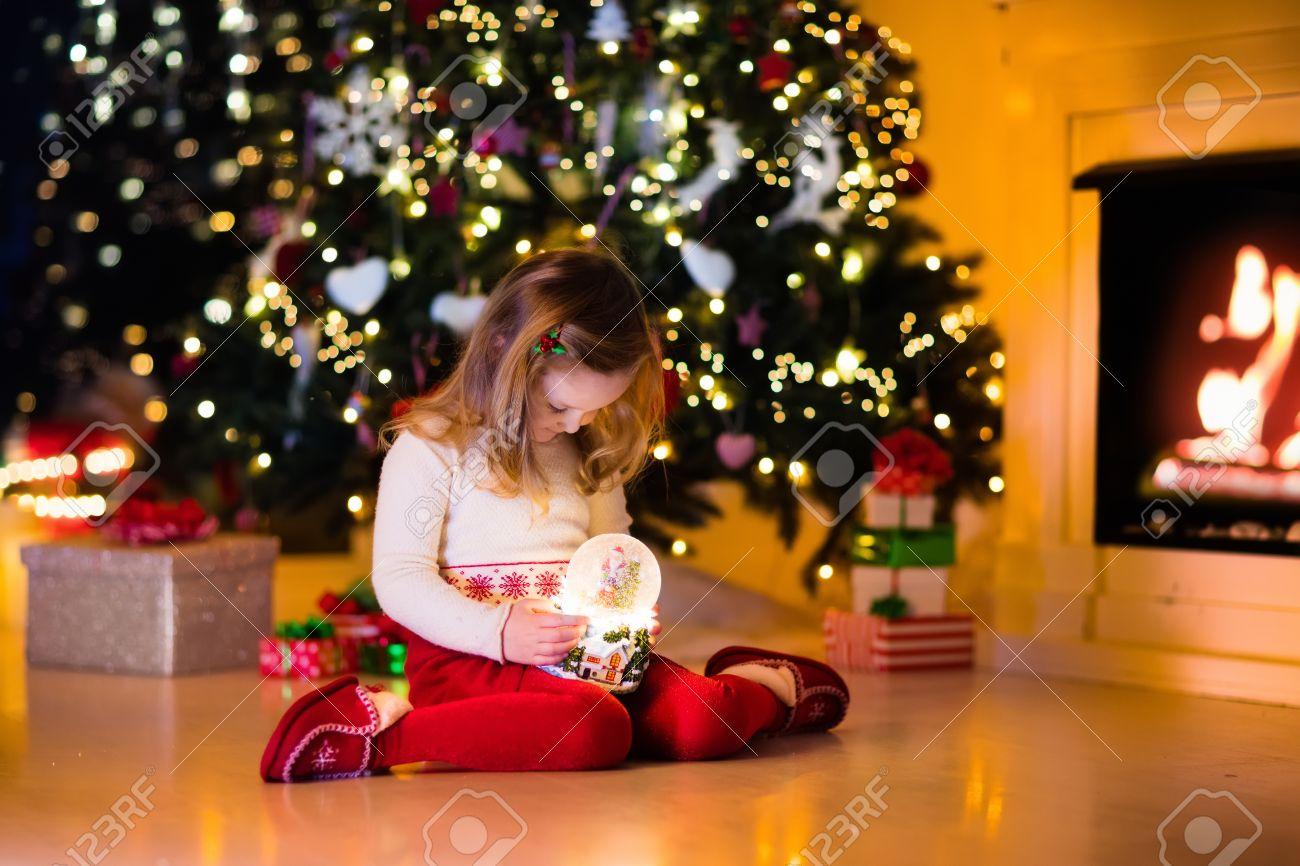 Familie Am Weihnachtsabend Am Kamin. Kleine Mädchen, Die Eröffnung ...