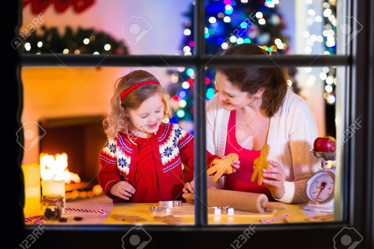 Mutter Und Kleine Mädchen Backen Weihnachten Gebäck. Kinder Backen ...