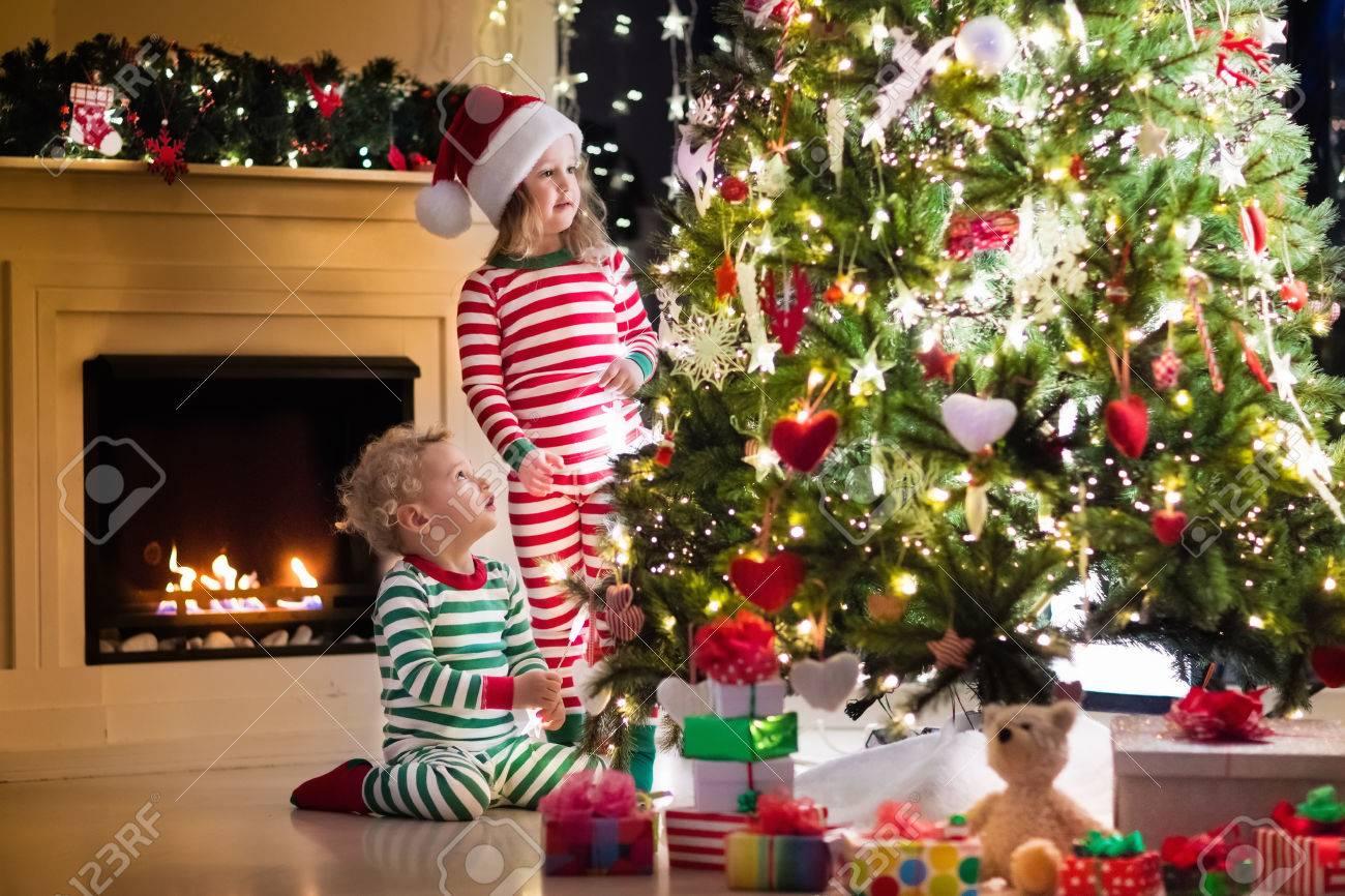 Happy Kleine Kinder In Passender Rot-grün Gestreiften Pyjama ...